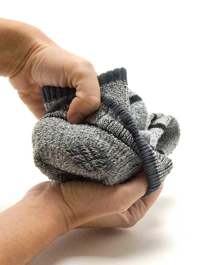 Doblar calcetines enrollándolos paso 4